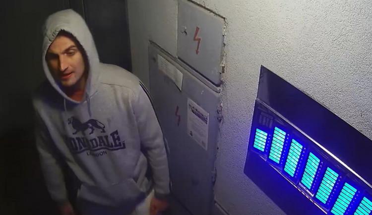 Policisté pátrají po totožnosti muže, mohl by pomoci s objasněním poškození zvonků