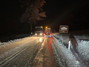 VIDEO: První letošní sníh v noci zkomplikoval dopravu na Strážný