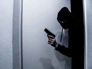 Policisté hledají svědky loupežného přepadení benzínky, ozbrojený pachatel ukradl peníze