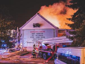 FOTO/VIDEO: Hoří bývalý Cabaret v Průmyslové ulici. Situaci komplikuje silný vítr