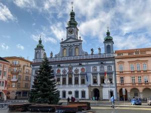 ANKETA: Budějcké náměstí už zdobí vánoční strom, rozsvítí se příští sobotu