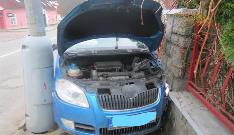 Řidič osobáku během několika minut třikrát boural, jeho cesta skončila nehodou na Hluboké
