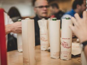 Dobrovolníci ručně zabalili lahve Požehnaného ležáku. Výtěžek z prodeje půjde na charitu