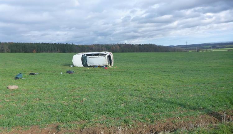Řidič osobáku dostal smyk a skončil v poli, při nehodě se zranili dva lidé