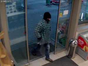 Kriminalisté dopadli lupiče, který měl přepadnout benzínku v Hradci. Hrozí mu až deset let ve vězení