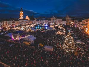 FOTO: Budějcké náměstí už zdobí rozsvícený vánoční strom