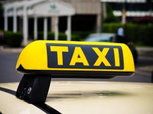 Pátého cestujícího naložil taxikář do kufru. Hrozí mu pokuta až 20 tisíc korun