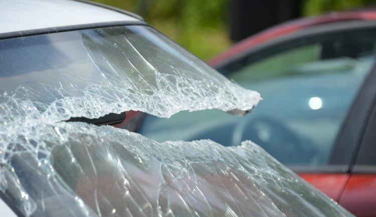 Neznámý zloděj s vloupal do několika aut v centru. Ukradl tašku na cvičení, pokladnu a mobil