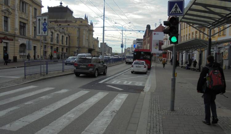 Autobusová zastávka na nádraží je opravená. Město získalo na projekt dotaci