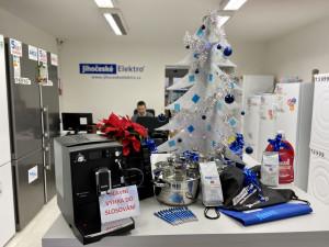 V prodejně Jihočeské elektro vyrostl vánoční strom plný dárků. Vyhrát můžete i kávovar Nivona