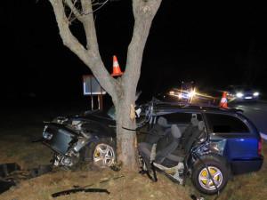 Jednadvacetiletý řidič nezvládl smyk a narazil do stromu. Letěl pro něj vrtulník