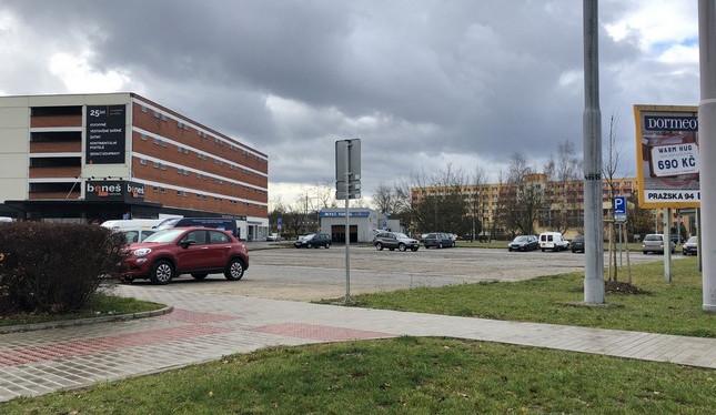 Místo kamionů zaparkují na Vltavě osobní auta