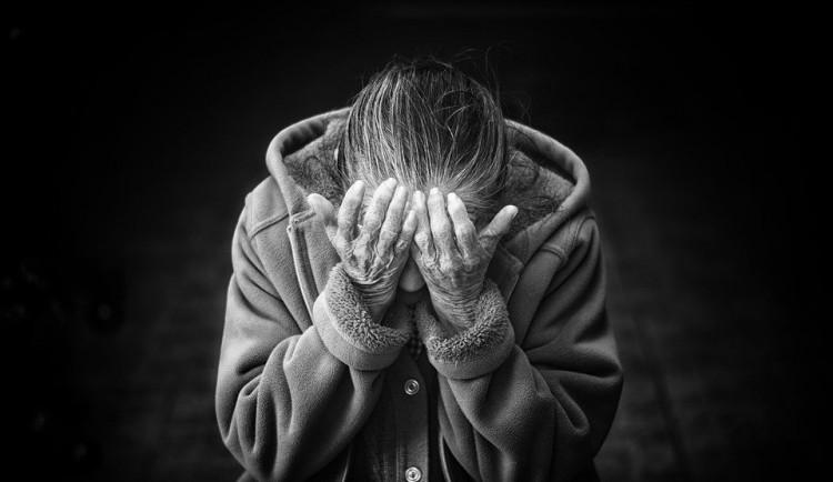 Seniorka si pustila do bytu cizího muže. Ten jí ukradl šperky za 12 tisíc korun
