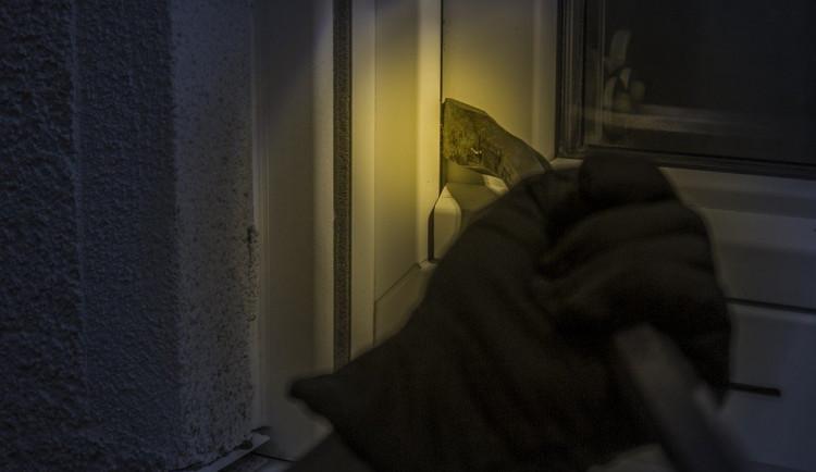 Zloděj se vloupal do domu a zranil jeho obyvatelku. Ukradl věci za desítky tisíc korun