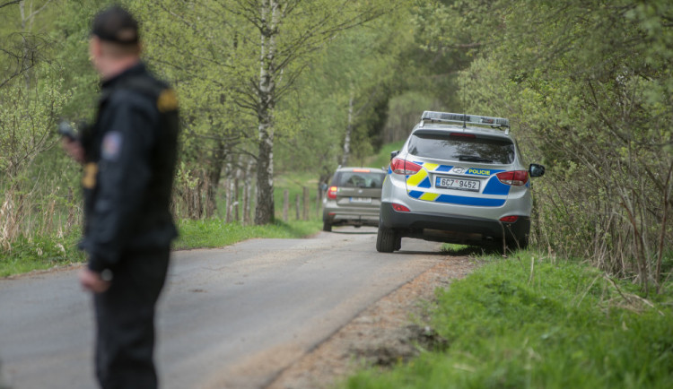 Dva motorkáři se snažili ujet policii. Jeden spadl, druhý se nakonec sám vrátil