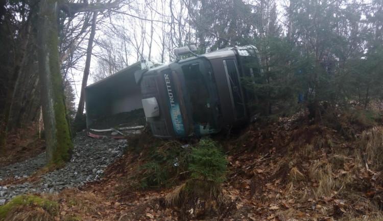 Při nehodě kamionu se vysypalo šest tun štěrku, hasiči na místě pracovali čtyři hodiny