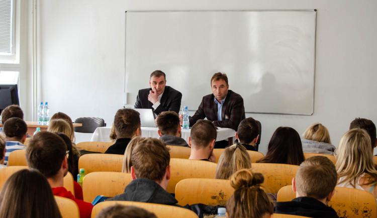 Šéf Národní agentury pro sport navštívil VŠTE. Debatoval se studenty a viděl unikátní projekt fotbalové akademie Dynama