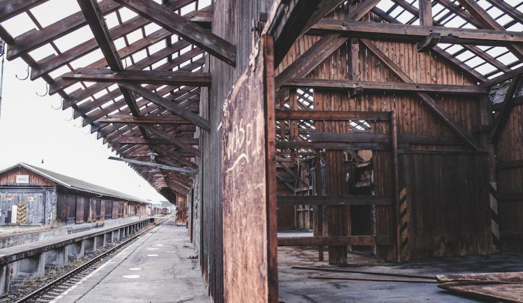 Budovy bývalých skladišť jdou k zemi, nahradit by je mohlo zázemí pro údržbu vlaků