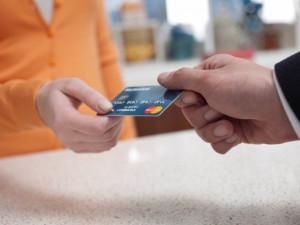 Nenechávejte nákup dárků na e-shopech na poslední chvíli, doporučují kurýři. Dobírku u nich zaplatíte bez problémů kartou