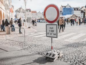 Neděli bez aut na budějckém náměstí někteří řidiči nerespektují, odtahová služba už odtáhla přes dvacet aut