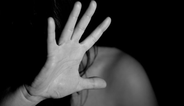 Agresor psychicky a fyzicky týral svou přítelkyni, hrozí mu až osm let ve vězení