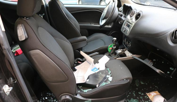 Dvanáctkrát trestaný zloděj vykradl téměř čtyřicet aut, škoda je 325 tisíc korun
