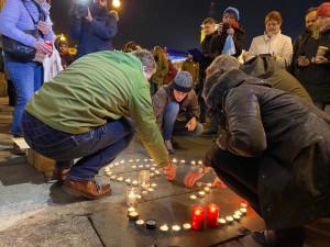 Na Václava Havla vzpomínalo se svíčkami v Budějcích několik desítek lidí