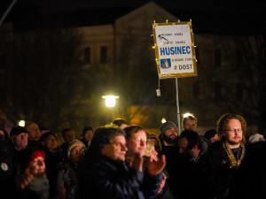 Proti Babišovi protestovaly v Budějcích stovky lidí. Připojili se i politici
