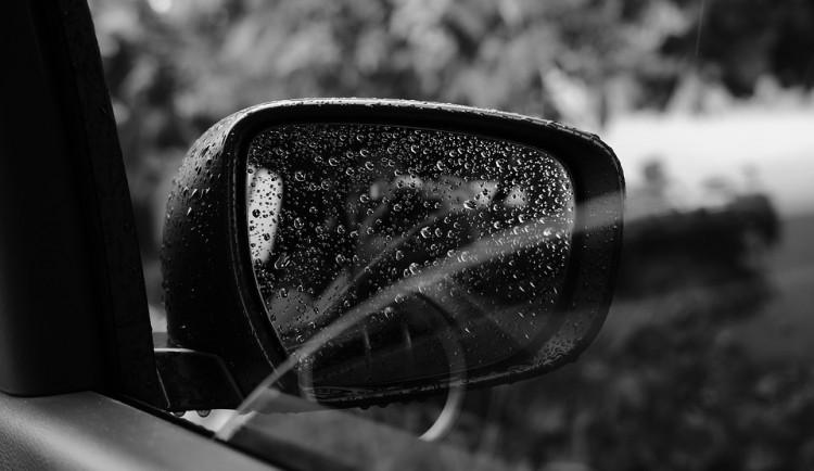 Neznámý vandal ukopal u aut zpětná zrcátka, škoda je sto tisíc