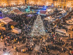 Vánoční strom zůstane na náměstí téměř do poloviny ledna