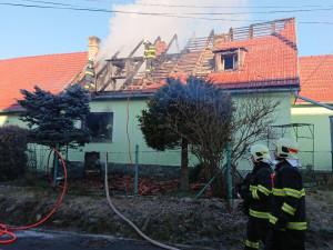 Rodinný dům v Horní Plané zachvátil ráno požár. Hasiči našli v domě mrtvého muže