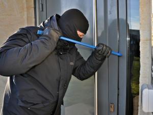 Vypáčil okno bytu a ukradl několik kusů oblečení. Po zloději pátrá policie