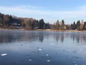 Na Lipně se propadli čtyři bruslaři. Led ještě není dostatečně silný, varují odborníci