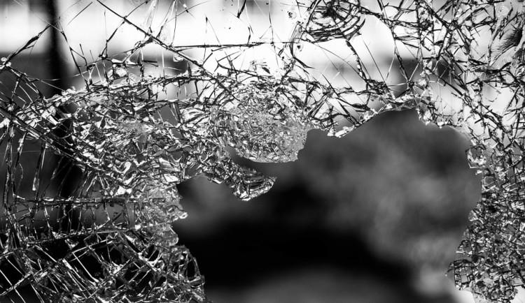 Mladík procházel špatným obdobím, rozbil výlohy a skleněné dveře