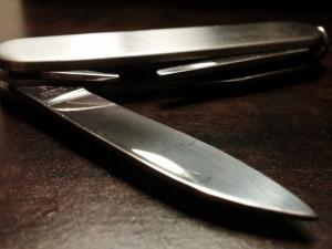Agresor chtěl kapesním nožíkem řezat hlavy a ruce, trestně stíhán je na svobodě