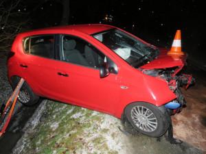 Řidička dostala smyk na zledovatělé silnici a srazila se s protijedoucím autem. Nehoda si vyžádala těžká zranění