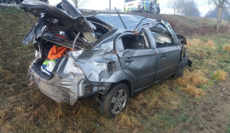 Řidič osobáku dostal smyk a naboural do dvou stromů, škoda je sto tisíc