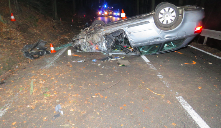 Opilý řidič skončil s osobákem na střeše, škoda je 150 tisíc korun