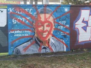 Nedávno opravené grafitti Karla Gotta někdo znovu zničil. Autor se domnívá, že čin je útokem na jeho osobu