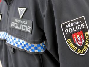 Opilý muž poškodil na zastávce trolejbus, před příjezdem strážníků utekl