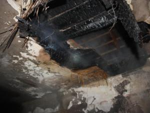 Požár střechy rodinného domu v Hluboké nad Vltavou způsobil netěsnící komín