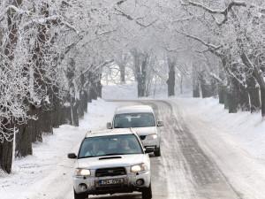 VÝSTRAHA: Silnice a chodníky budou klouzat, starší lidé by měli omezit pohyb venku