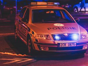 Devatenáctiletý mladík se snažil ujet policii. Řídil opilý, nebyl připoutaný a neměl doklady