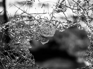 Mladý muž zdemoloval zařízení jednoho z barů, skončil v nemocnici