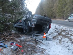 Rychlá jízda skončila zraněním řidiče i spolujezdkyně, škoda na autě je 150 tisíc korun
