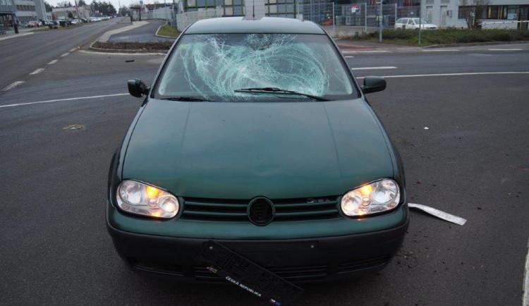 Střet osobáku s chodcem skončil vážným zraněním, policisté hledají svědky