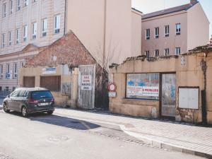 Ve vnitrobloku na Lannovce měl stát obchoďák a byty. Místo toho je z pozemků skládka