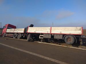 Na dálnici D3 se převrátil náklaďák, řidič vyvázl bez zranění