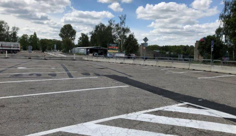 Parkování na Dlouhé louce je pro osobáky opět zadarmo, platí se pouze na části blíž ke Kauflandu
