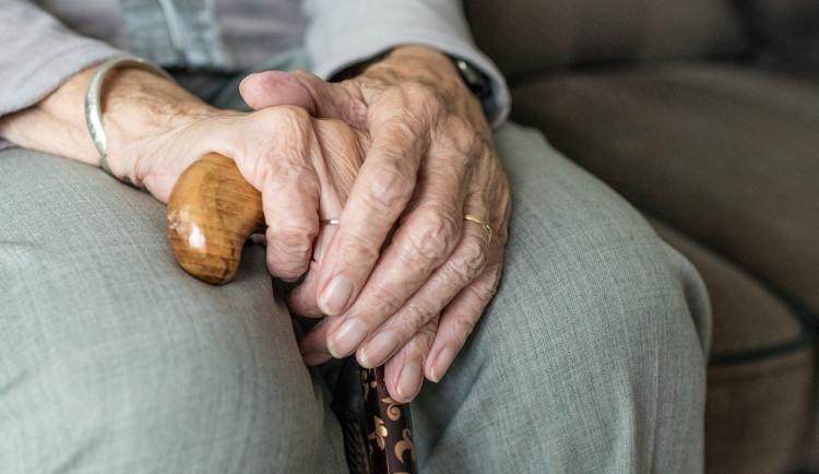 Podvodník vylákal ze seniorky deset tisíc, vymyslel si historku o nezaplacené faktuře